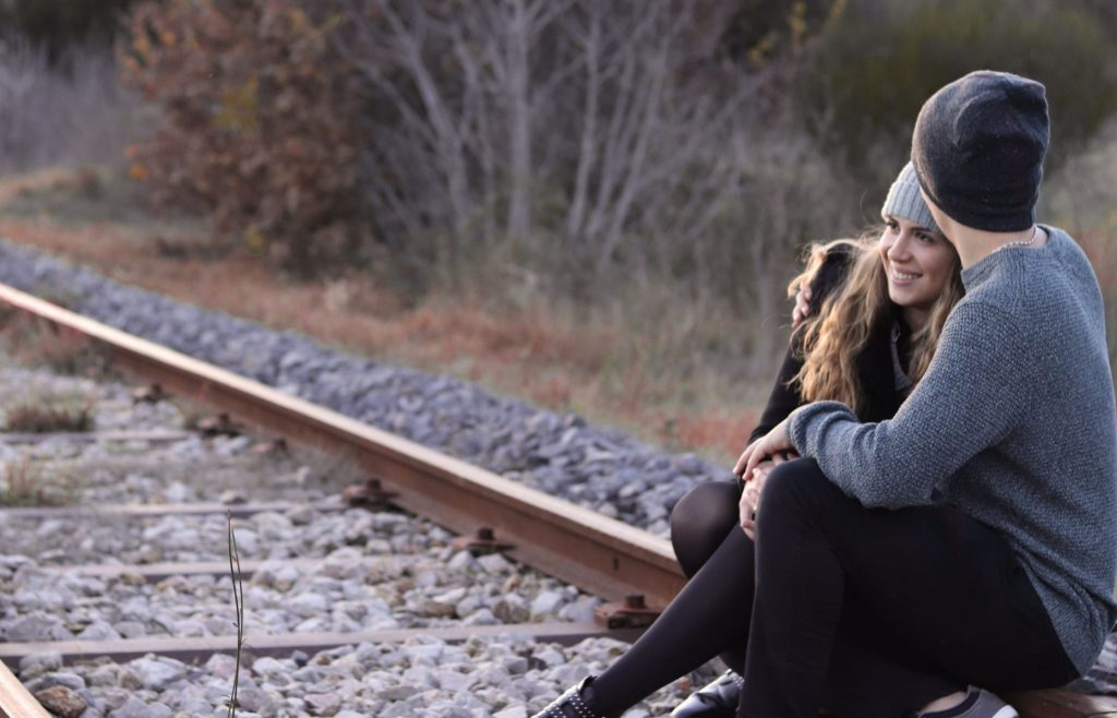 séance photo en couple, couple, voie ferrée