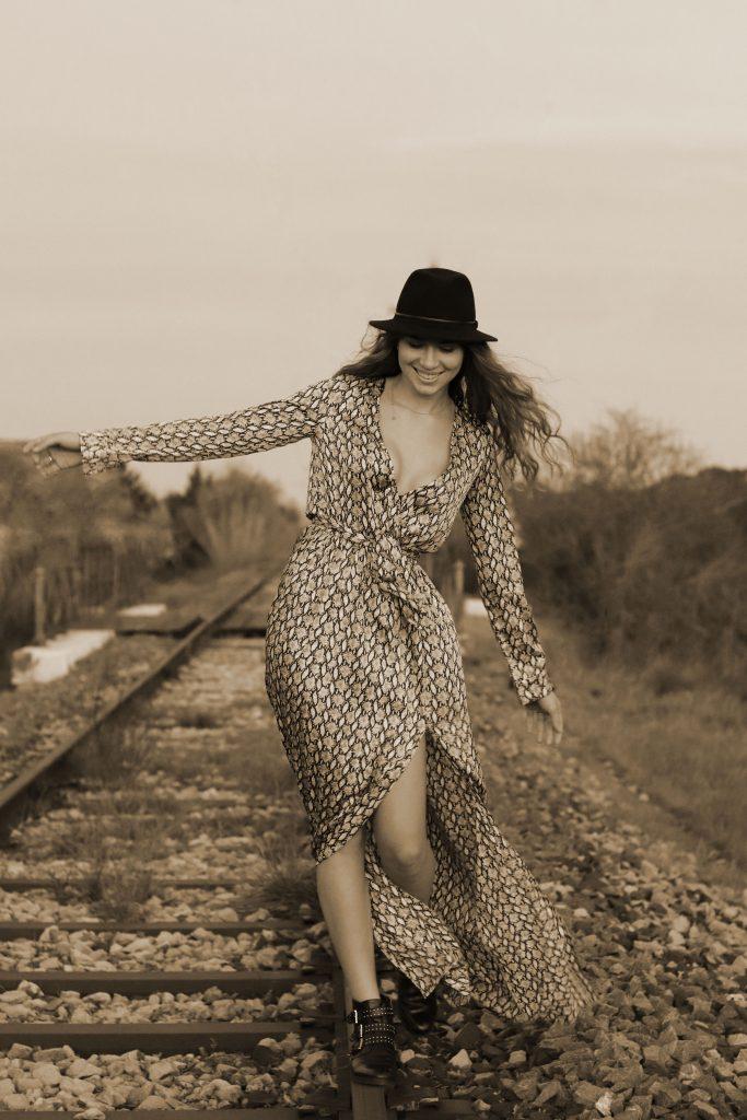 photo mode, photo femme, voie ferrée, photo sépia, chapeau