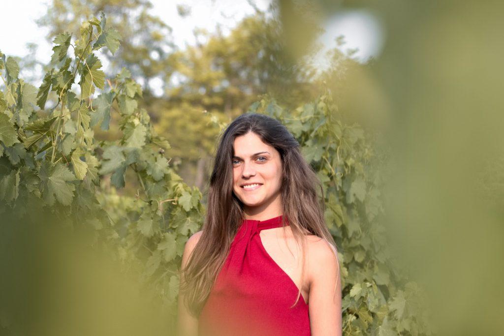 photographe portrait, séance photo femme, portrait femme, vignes, robe rouge