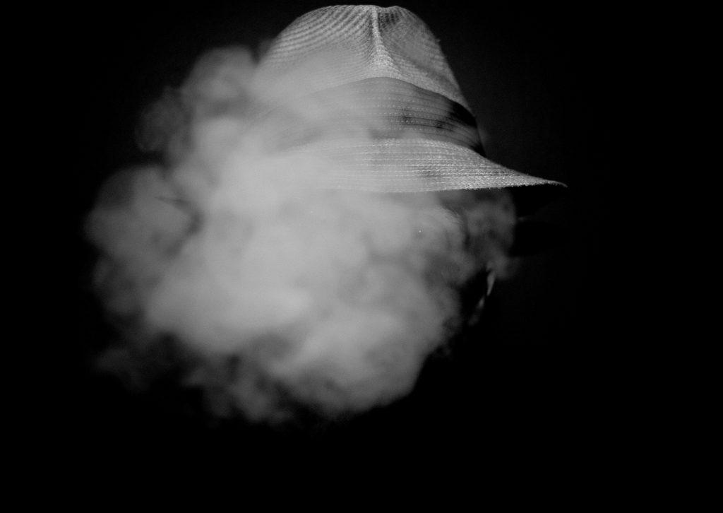 photo noir et blanc, chapeau, portrait homme, fumée