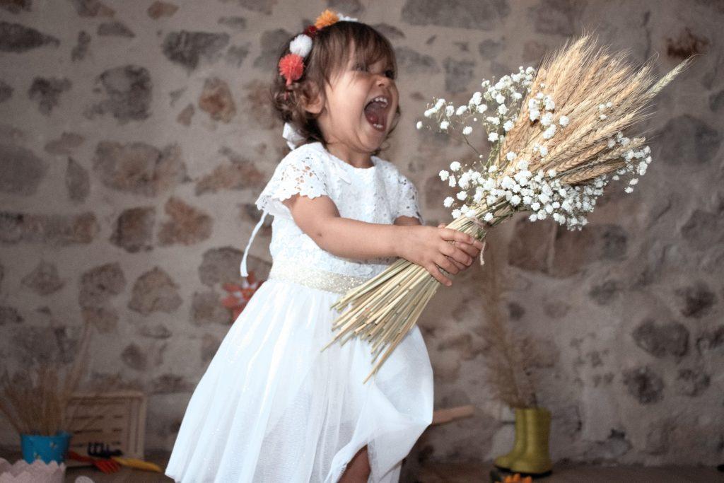 petite fille, shooting champêtre, rire, photographe enfant