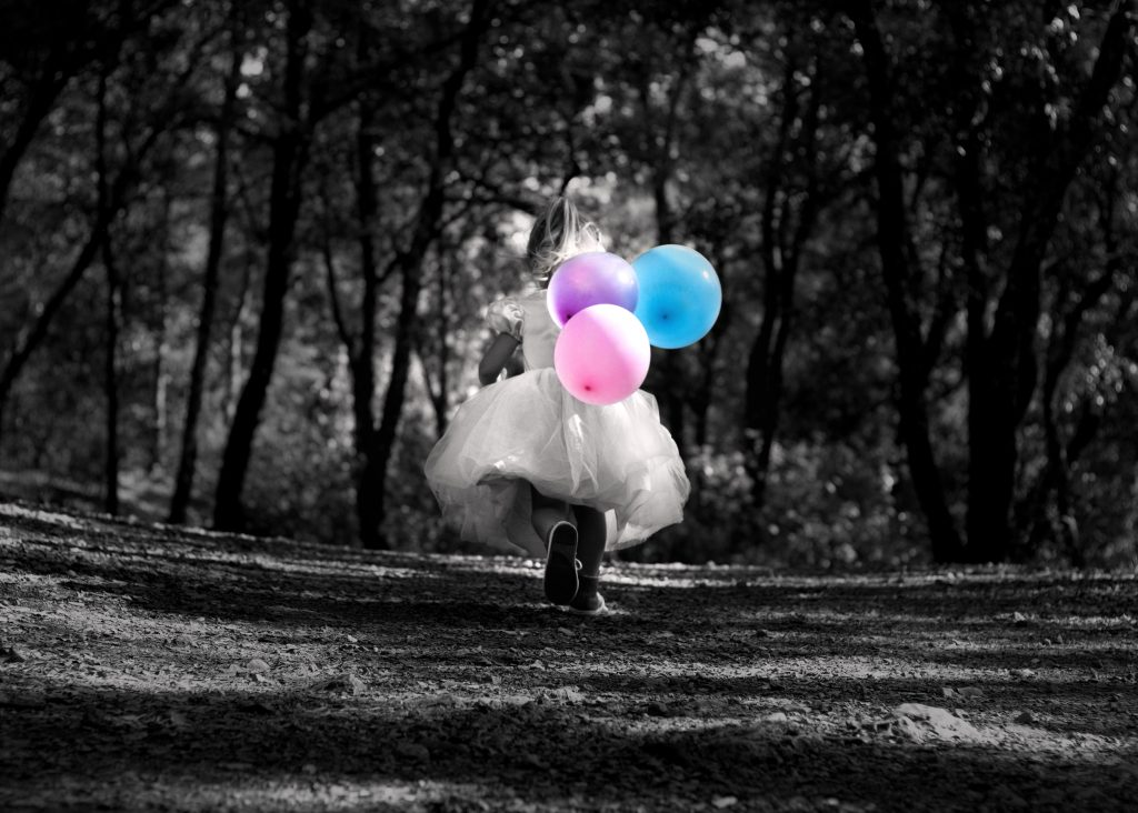 photographe enfants, princesse, ballons colorés, photo noir et blanc, photo désaturée