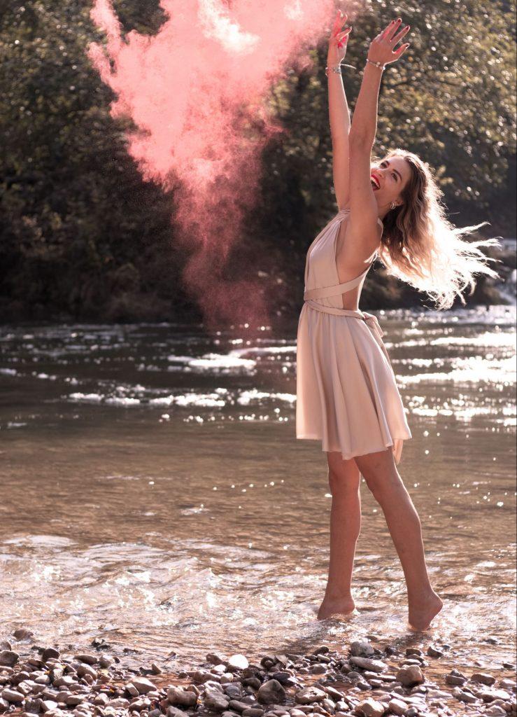 femme, poudre holi, poudre, fumée rouge, rivière