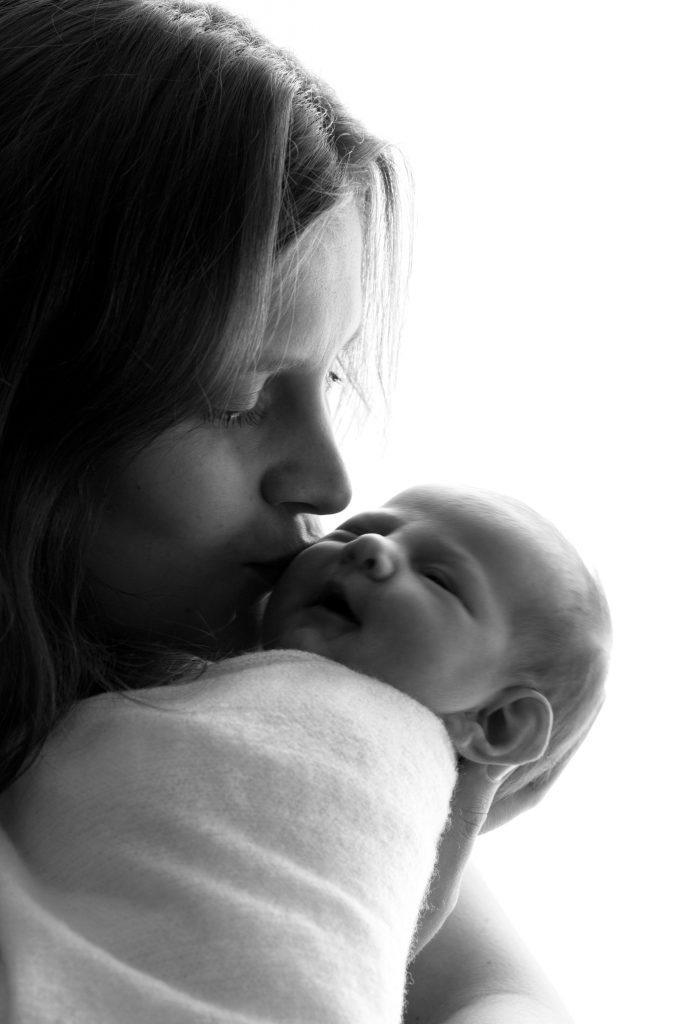 bébé, nouveau-né, photographe naissance, portrait, photo noir et blanc, mère et fille