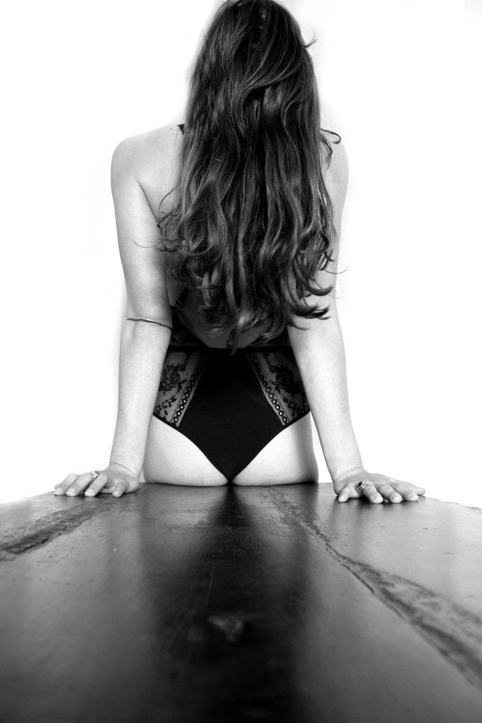 photographe boudoir, séance photo boudoir noir et blanc, femme sensuelle