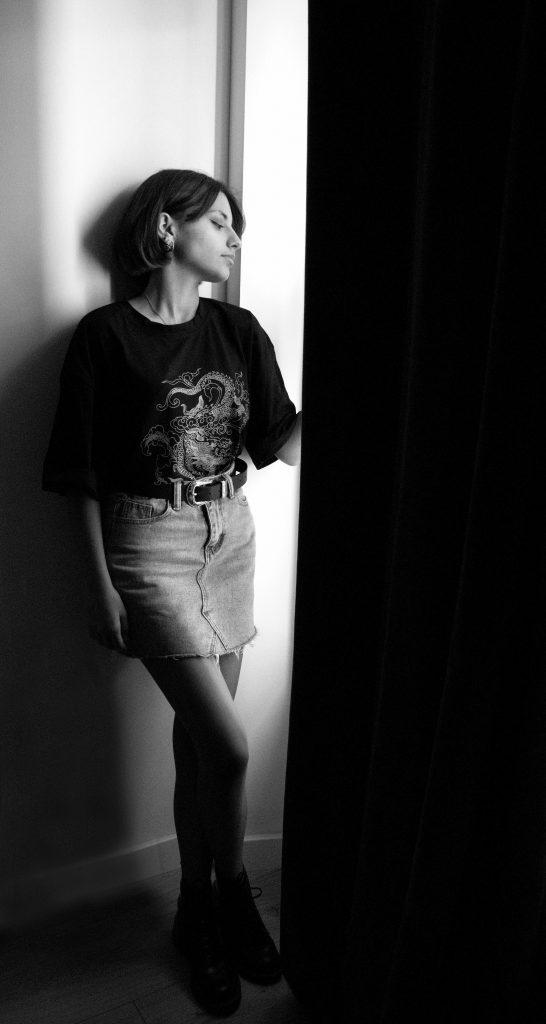 photographe portrait, photo noir et blanc, photo adolescente, ado, fenêtre, jeu de lumières