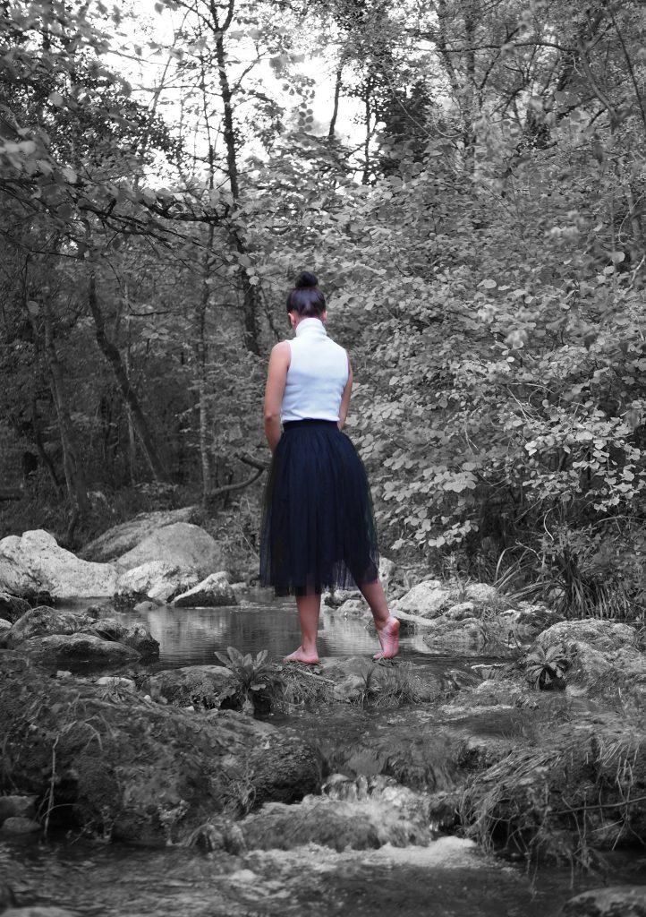 photo noir et blanc, photo désaturée, femme de dos, shooting rivière