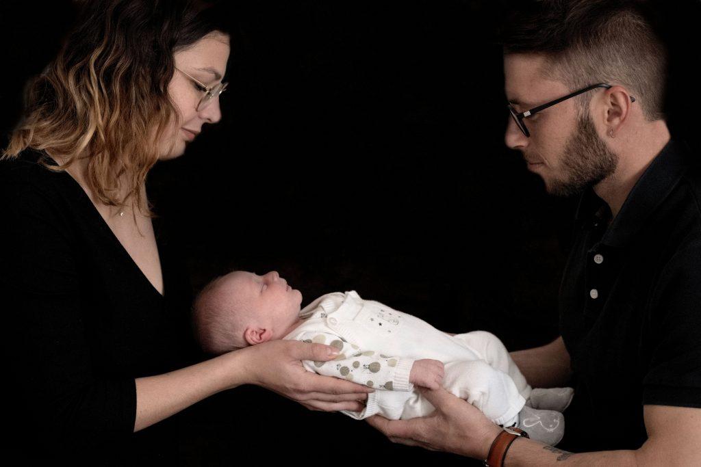 photo bébé naissance avec parents