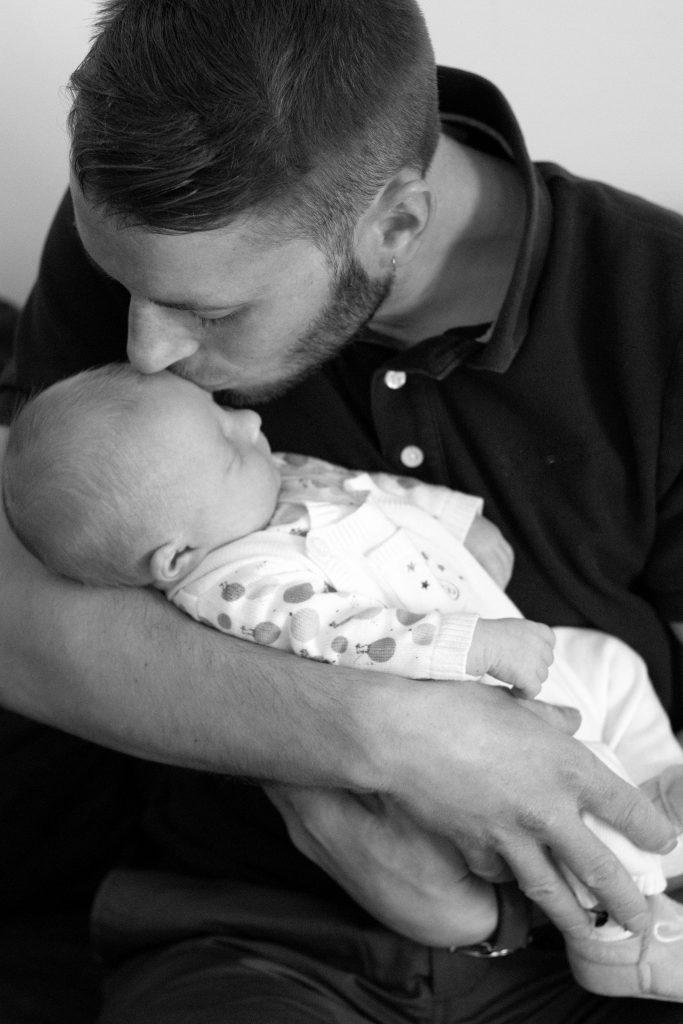 papa bébé, naissance, photo noir et blanc