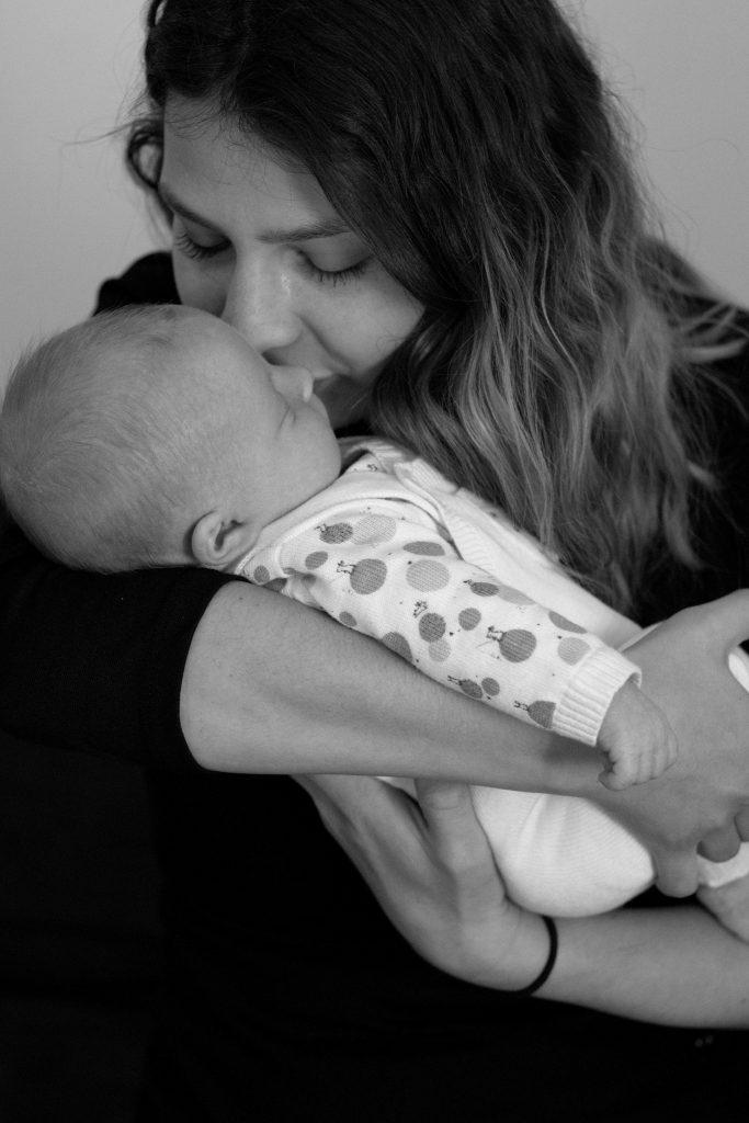 maman bébé, naissance, photo noir et blanc