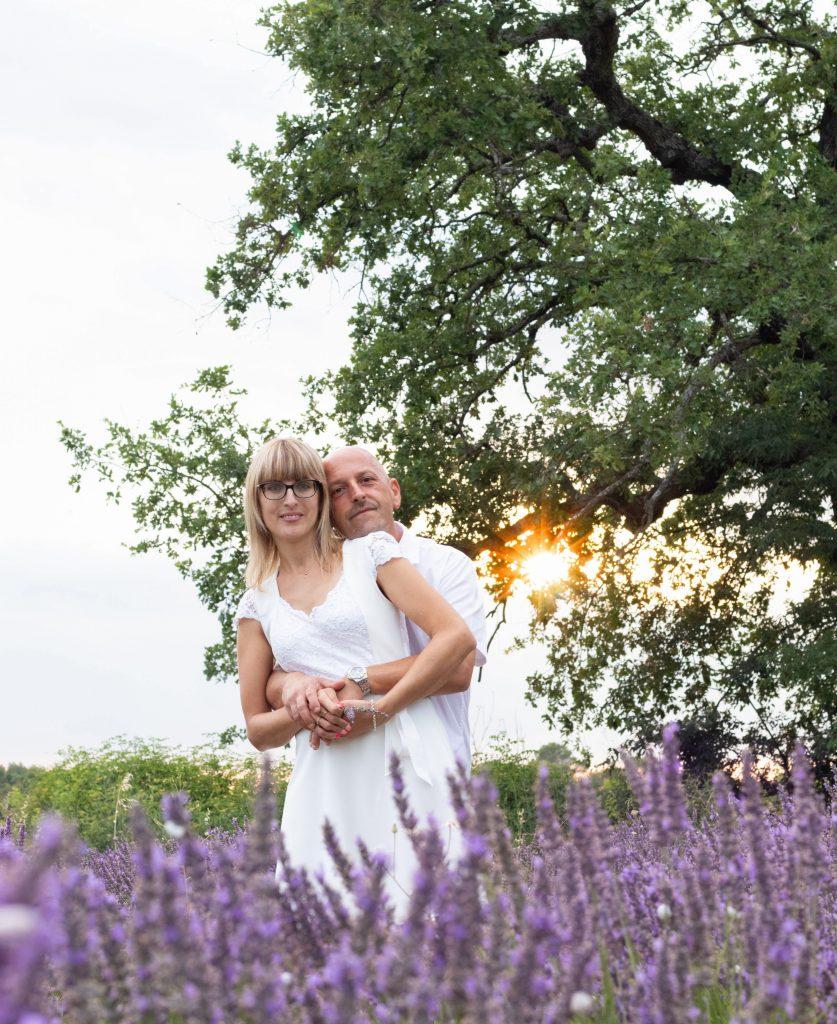 couple, champs de lavande, coucher de soleil