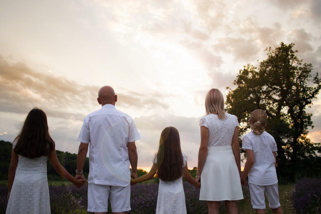 photographie de famille en extérieur dans le var